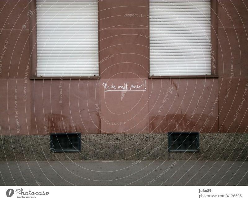Rede mit mir! keine Antwort Fassade Sandstein Graffiti Schrift Fenster Außenaufnahme Kellerfenster Menschenleer Stadt geschlossener Rolladen Haus Wand
