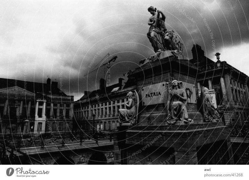 Patria Stadt Wolken dunkel Architektur Platz Denkmal Kriegerdenkmal