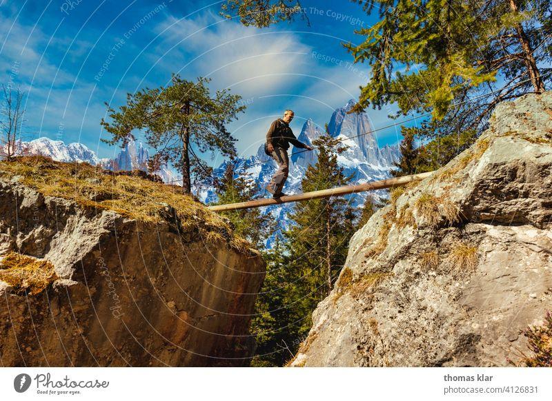 Ein Mann geht über eine Seilbrücke wandern outdoor hicking Wanderung Außenaufnahme Berge u. Gebirge Ferien & Urlaub & Reisen Farbfoto Wanderausflug Wanderer