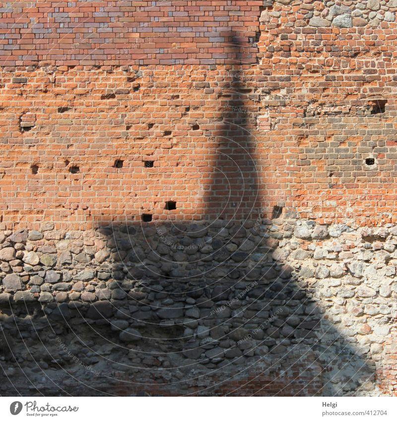 Mauer | ...trifft Turm alt rot schwarz Wand Senior Architektur Gebäude grau Stein außergewöhnlich groß authentisch stehen einfach