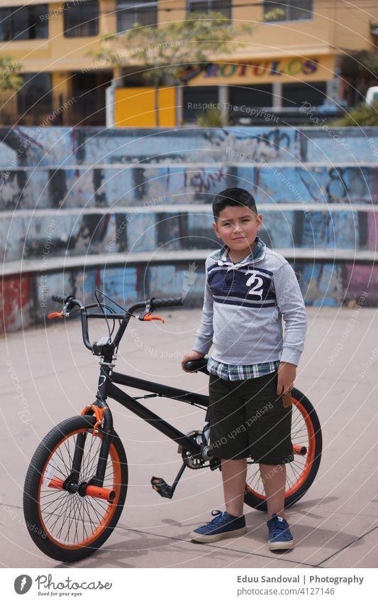Junge zu Fuß mit seinem Fahrrad. Sicherheit Mitfahrgelegenheit Kinder Kindheit Übung Aktivität Spaß Lifestyle Sport Erholung Gesundheit Freizeit Menschen Glück