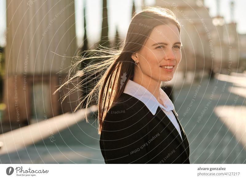 Porträt einer jungen Frau, die im Freien spazieren geht. stylisch urban Straße Lifestyle Stil Großstadt brünett Sombrero Tag Menschen Eleganz Blick Bekleidung