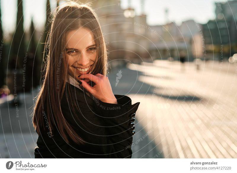 Porträt einer jungen Frau, die im Freien lächelt. stylisch urban Straße Lifestyle Stil Großstadt brünett Sombrero Tag Menschen Eleganz Blick Bekleidung elegant