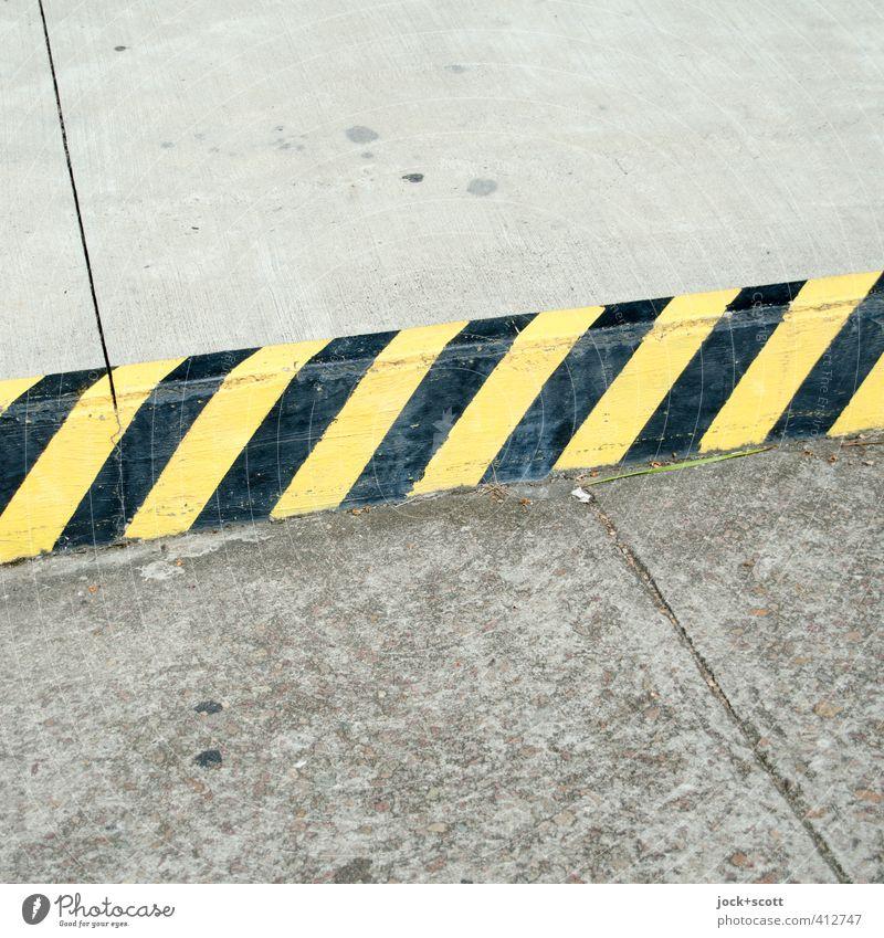 no-parking zone L Straße Straßenrand Beton Streifen eckig einfach gelb schwarz Ordnung Verbote Wege & Pfade Parkverbot Bordsteinkante gestreift Fuge Warnfarbe