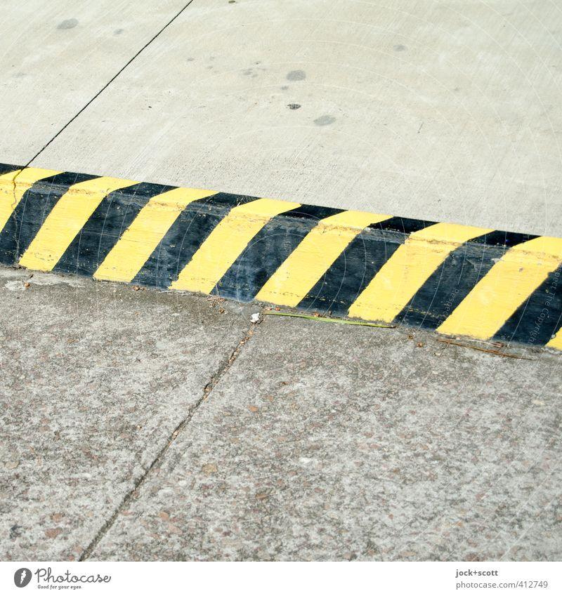 no-parking zone R Verkehrswege Straßenverkehr Straßenrand Beton Verkehrszeichen eckig einfach Verbote Parkverbot Bordsteinkante gestreift Fuge Oberfläche