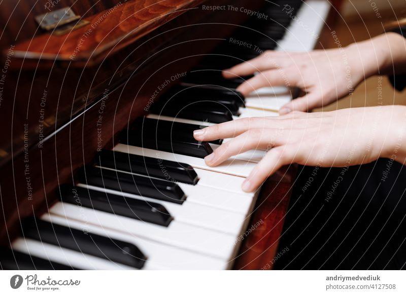 Nahaufnahme der Hände einer jungen Frau beim Klavierspielen Musik Taste Instrument Spieler Keyboard Musical schließen Mädchen nach oben Kaukasier Stil weiß