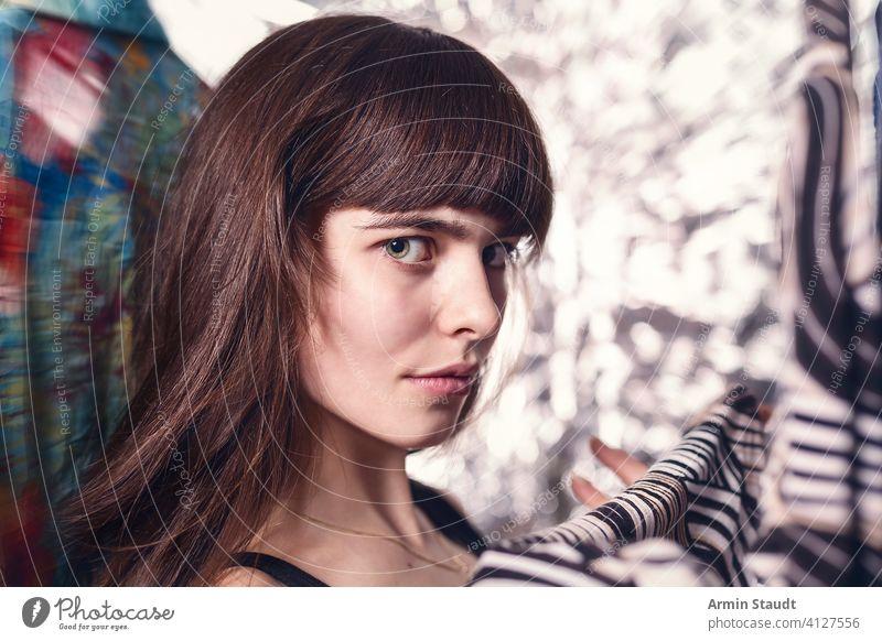 Porträt eines schönen Teenager-Mädchens mit ihrer Kleidung Frau Lächeln listig anspruchsvoll Kleiderschrank Blick Browsen Hemd Pony jung lässig Kaukasier