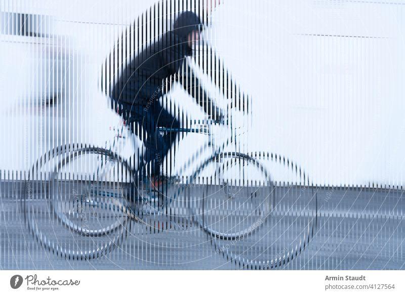 Streifenbild, Bewegung eines Radfahrers mit schwarzer Jacke auf weißem Hintergrund Fahrrad streifen Aussehen abgeschnitten sich[Akk] bewegen Geschwindigkeit