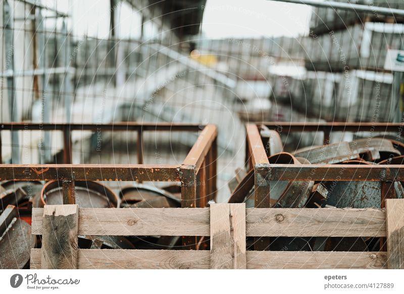 Ein Haufen Metallteile auf einer Baustelle in Hamburg Deutschland blau Konstruktion dreckig Zaun Treibhausgas grau Arbeit Deckel metallisch Hamsterkauf