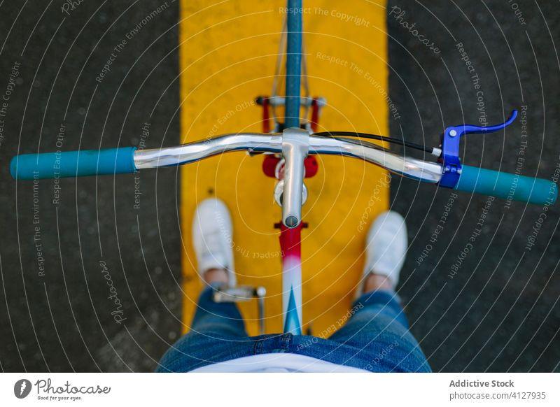 Draufsicht auf einen Lenker Fahrrad Fixie Zyklus urban Rad feststehend Sport Transport Ausrüstung Lifestyle Wand Straße Hipster Mitfahrgelegenheit Pedal Mann