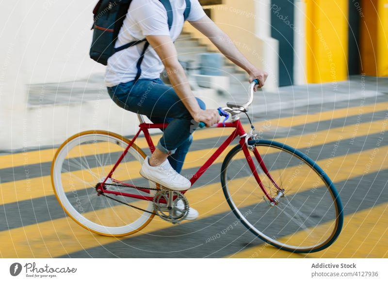 Mann fährt mit dem Fahrrad auf der Straße Fixie Zyklus urban Rad feststehend Sport Transport Ausrüstung Lifestyle Wand Hipster Mitfahrgelegenheit Pedal