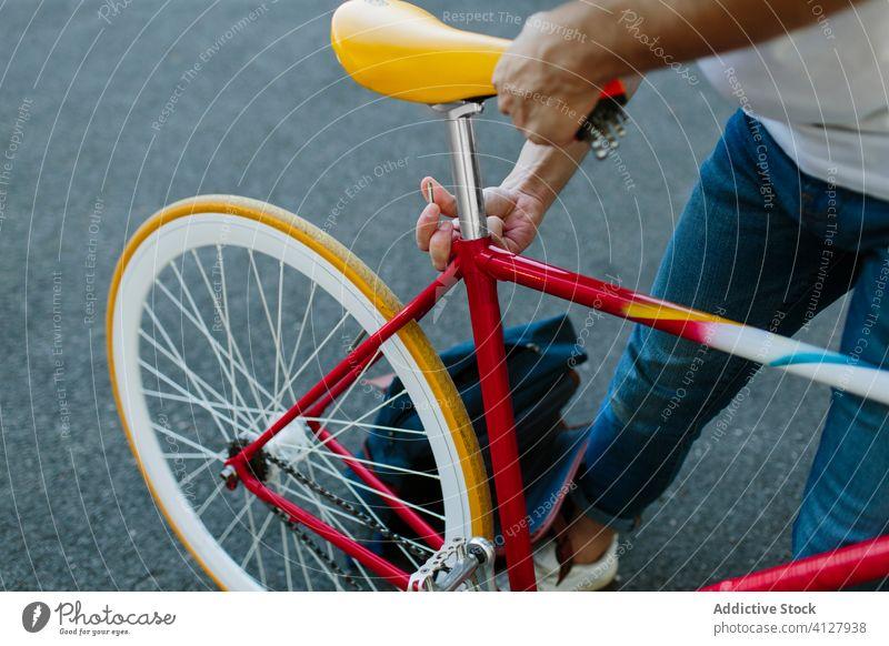 Mann beim Einrichten eines Fahrrads Fixie Zyklus urban Rad feststehend Sport Transport Ausrüstung Lifestyle Wand Straße Hipster Mitfahrgelegenheit Pedal
