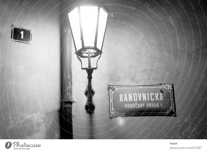 Laterne obskur Straßenbeleuchtung Prag Straßennamenschild