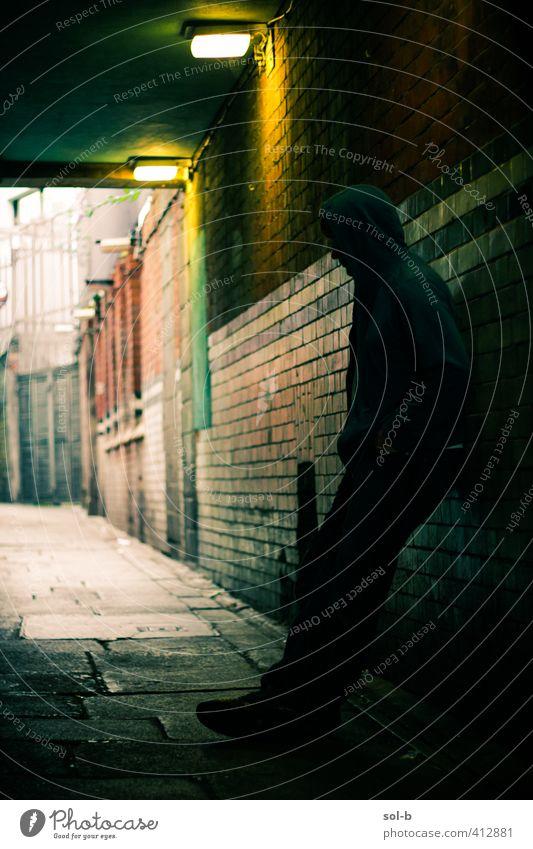 Gasse maskulin Junger Mann Jugendliche 1 Mensch 13-18 Jahre Kind 18-30 Jahre Erwachsene bedrohlich Coolness dunkel Stadt Stimmung schuldig Scham Angst