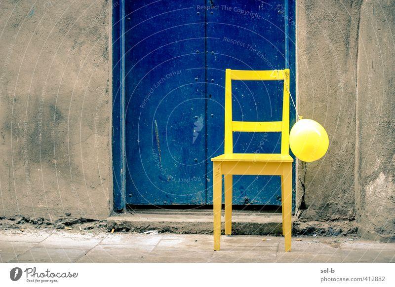 blau Stadt Einsamkeit Freude gelb Wand Mauer Feste & Feiern Party dreckig Tür Lifestyle Geburtstag Häusliches Leben Fröhlichkeit Beton