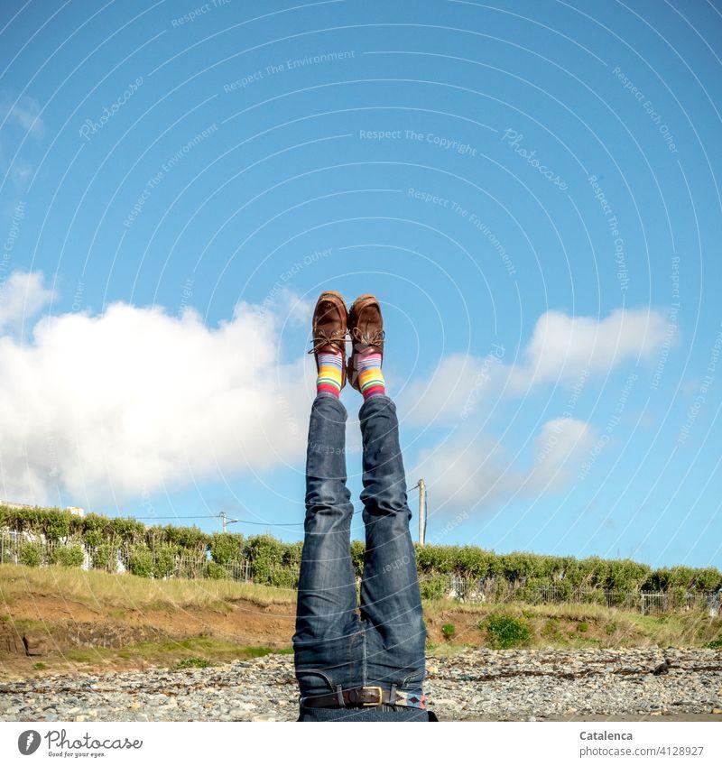 Auf den Kopf gestellt | sich selbst Mann Person männlich Beine Ringelstrümpfe Jeanshose Sand Strand Kopfstand Himmel schönes Wetter Wolke Landschaft Sommer Blau