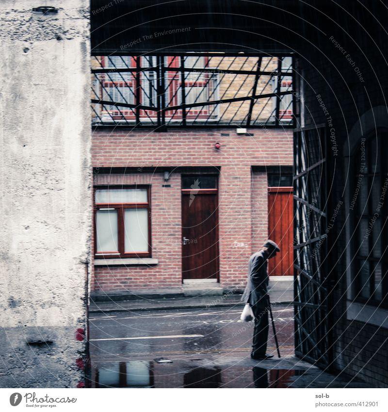 Mensch Mann alt Stadt Einsamkeit kalt Wand Leben Senior Tod Traurigkeit Architektur Mauer Gebäude Zeit Regen