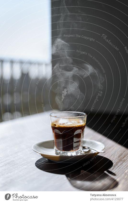 Glas schwarzer Kaffee Espresso heiß Tasse trinken Morgen Frühstück Verdunstung Tisch Getränk Café Koffein braun dunkel frisch duftend Erfrischung Geschmack