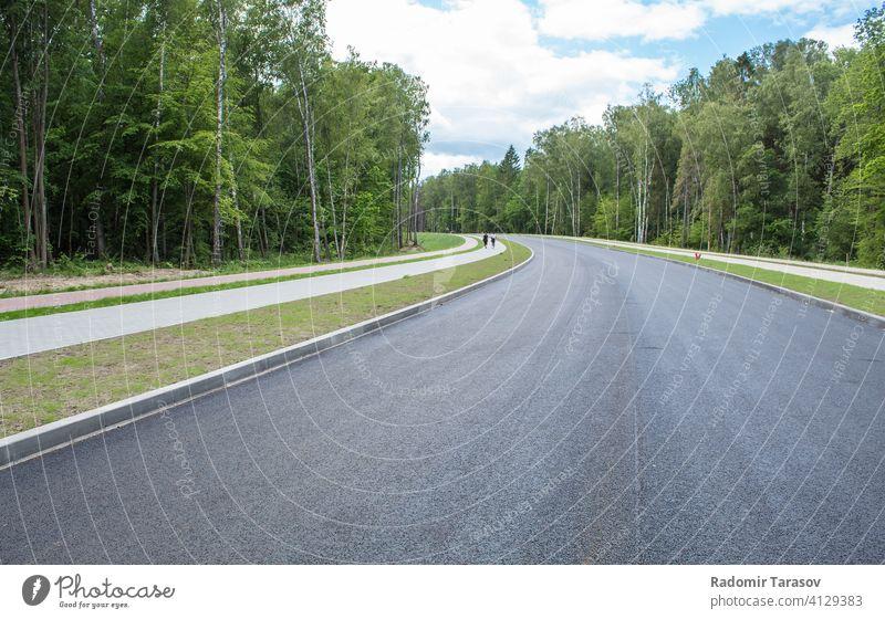 neue moderne Straße durch den Wald im Freien reisen Asphalt Ansicht Autobahn Weg Natur Verkehr Landschaft grün Linie schön Transport Geschwindigkeit Himmel