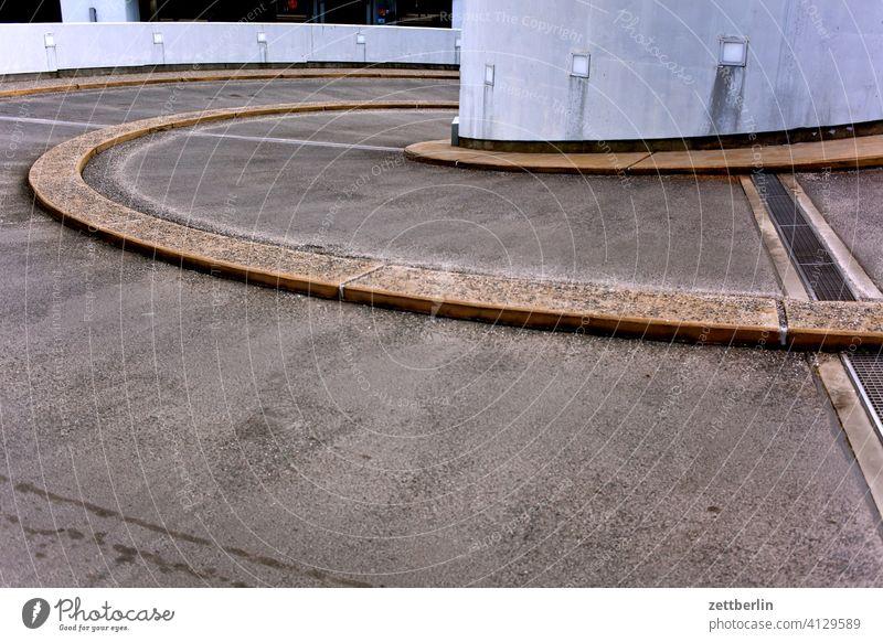 Parkhauseinfahrt Gebäude Beton Garage Architektur parken Verkehrswege Ausfahrt Menschenleer Einfahrt winter verkehrsknoten trüb trist plattform pfeil parkhaus