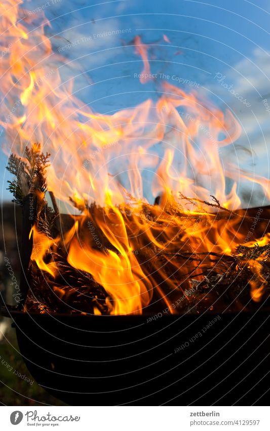 Lodernde Flamme asche brennen feuer feuerschale feuerwehr flamme gefahr gefährlich glut heiß hitze lodern osterfeuer verbrennen verbrennung versicherung himmel