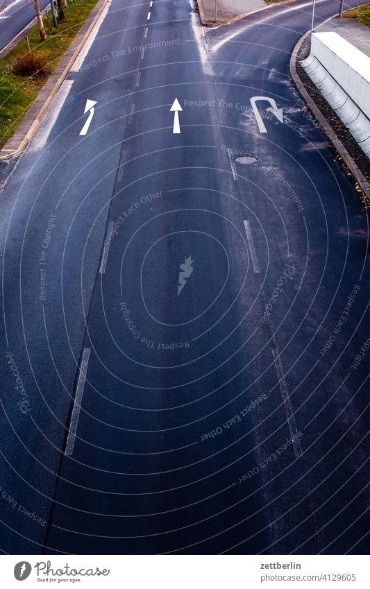 Abbiegen, geradeaus oder wenden? abbiegen asphalt autobahn ecke fahrbahnmarkierung fahrrad fahrradweg hinweis kante kurve linie links navi navigation