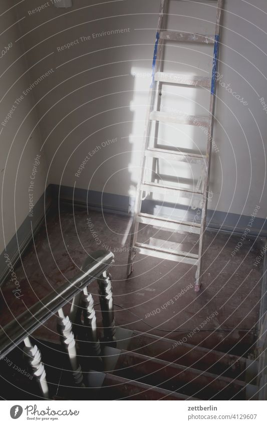 Handwerker im Haus absatz abstieg abwärts altbau aufstieg aufwärts geländer haus mehrfamilienhaus menschenleer mietshaus stufe textfreiraum treppe treppenabsatz