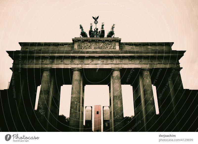 Das BrandenburgerTor. Historisches  Wahrzeichen von Berlin . Architektur Außenaufnahme Menschenleer Farbfoto Tag historisch Stadt Bauwerk Sehenswürdigkeit alt