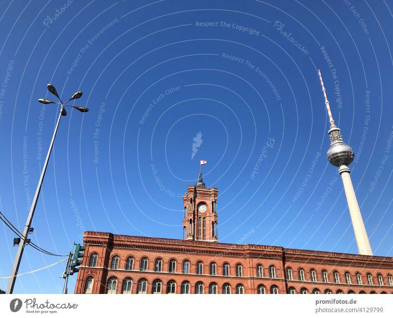 Frühling über Berlin mit Rotem Rathaus und Fernsehturm / Foto: Alexander Hauk gebäude fernsehturm wahrzeichen himmel menschenleer ampel beleuchtung licht