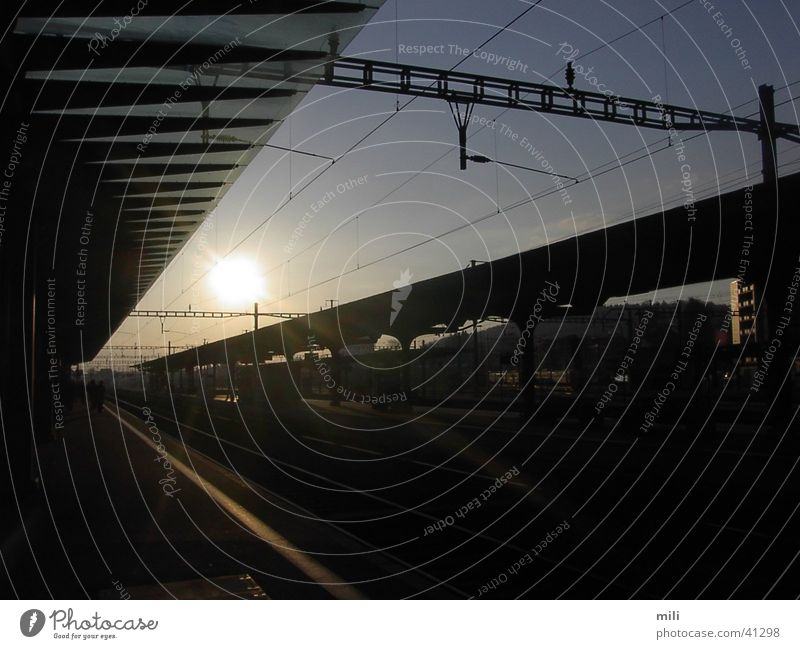 der 1. Zug Himmel Sonne Europa Bahnhof