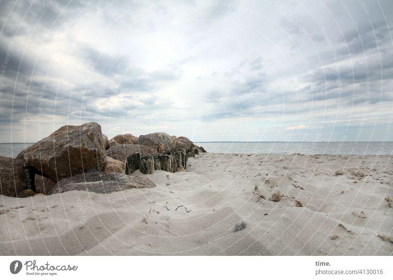 Häufchenbildung steine sand strand ostsee meer wasser horizont himmel erholung wolken uneben oberfläche Buhne Wellenbrecher Findlinge küste bedeckt baustoffe