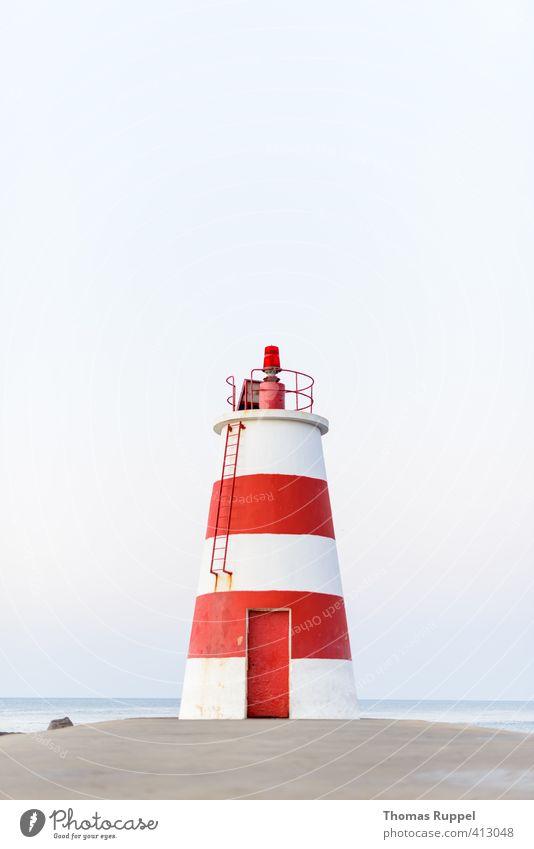 rot-weiß gestreift Ferien & Urlaub & Reisen weiß Sommer Meer rot Strand Küste Stimmung Schönes Wetter Ausflug Turm Sicherheit Schutz Vertrauen Sommerurlaub Mut