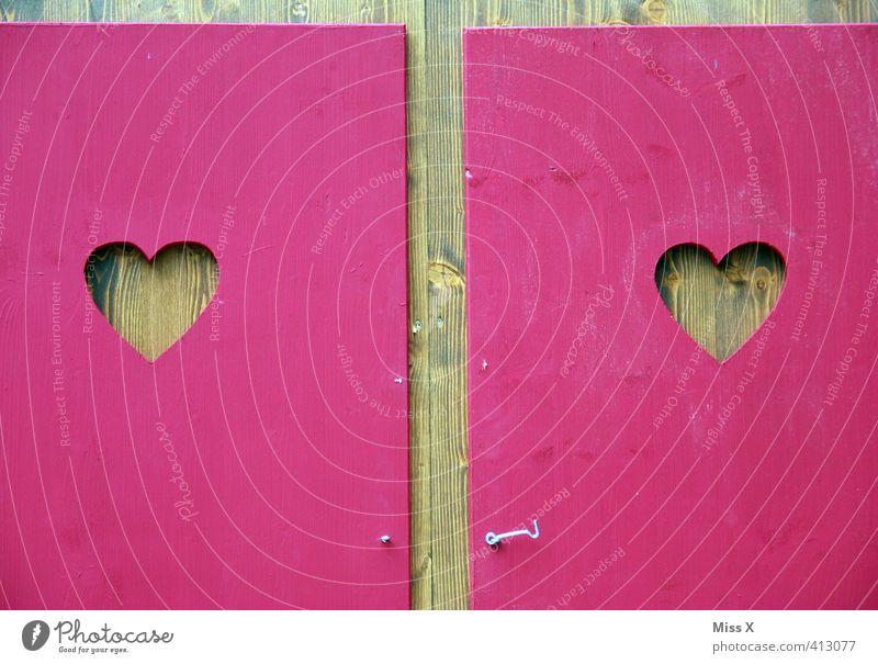Herz an Herz Bad Jahrmarkt Zeichen rosa Gefühle Stimmung Liebe Verliebtheit Romantik herzförmig Toilette Toilettenhäuschen Fensterladen Holz Holzhütte paarweise
