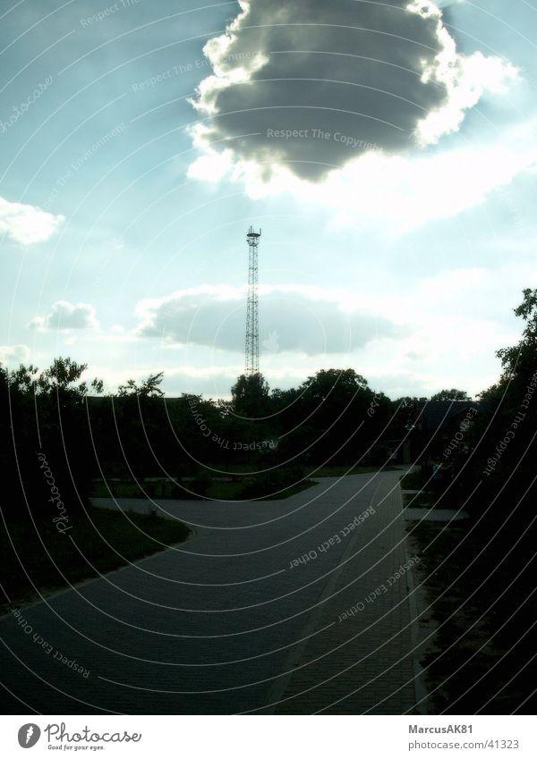 Sendet ihr noch, oder emfangt ihr schon. Sendemast Wolken Funktechnik Natur Emfang