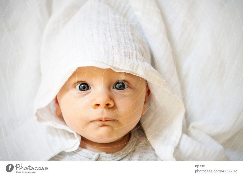 Was guckst du?! Baby Augen Kind Tuch Mütze Porträt süß schön klein erwartungsvoll verblüfft