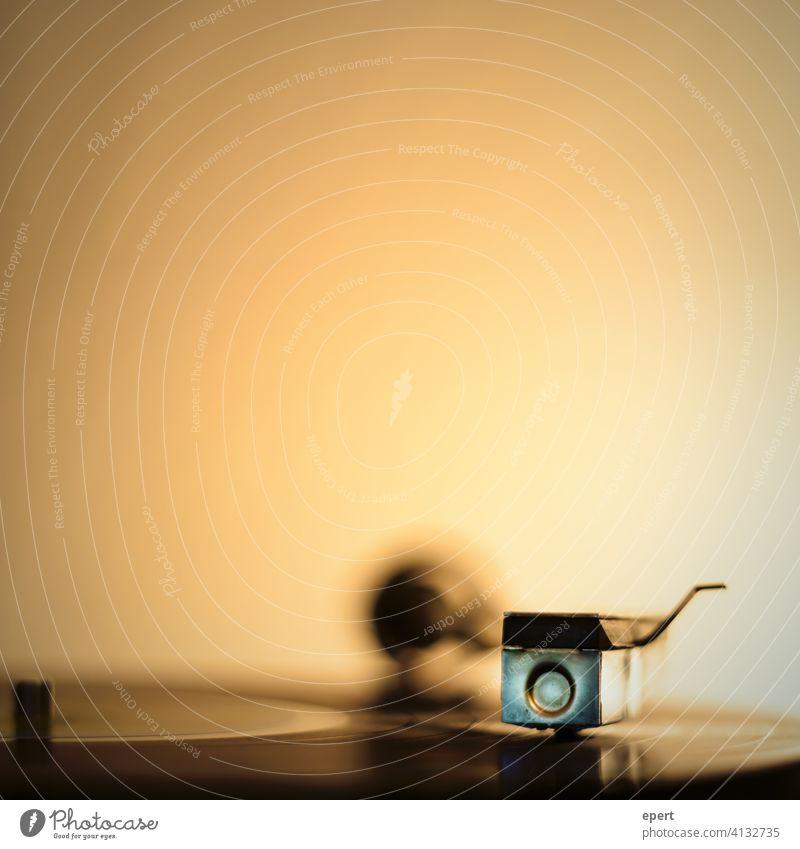 Nette Mucke von der Platte Schallplatte Plattenspieler Musik orange analog alt warm Scheibe Sound Musikanlage hören