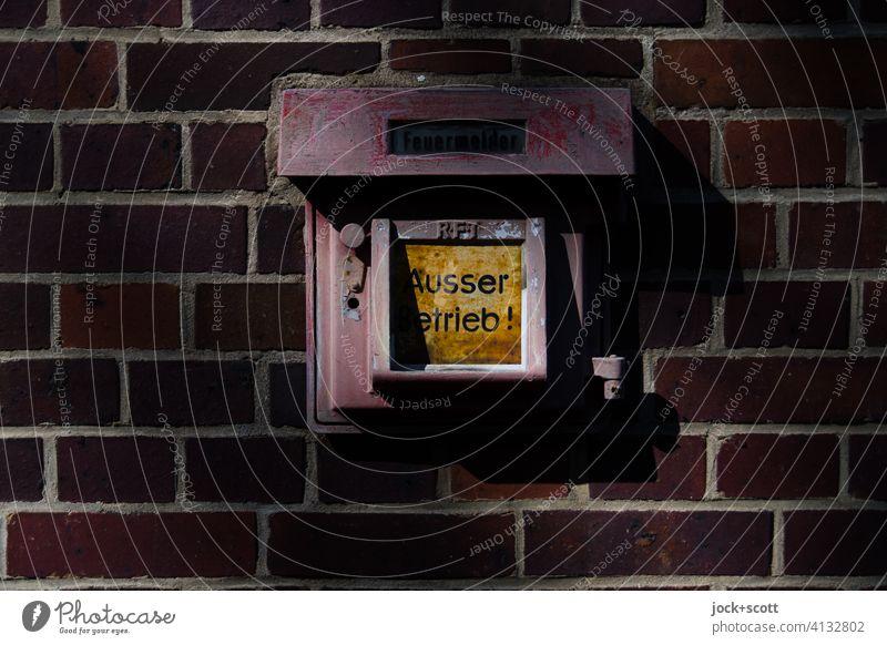 Feuermelder Ausser Betrieb Wand außer Betrieb rot Sicherheit Zahn der Zeit kaputt Hinweisschild Wort Typographie Schilder & Markierungen Design alt retro Alarm