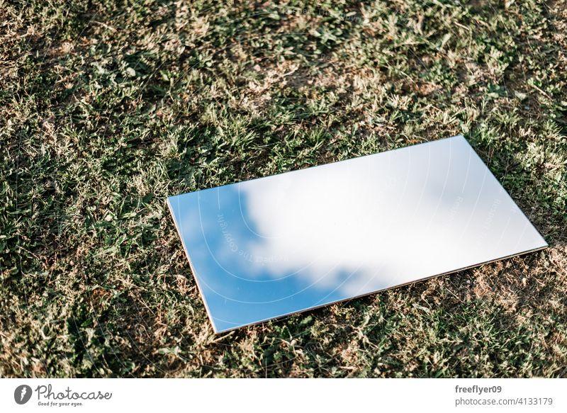Erstaunlich flach legen eines Spiegels auf dem Gras Hintergrund abstrakt Himmel Attrappe Textfreiraum Rechteck Wolken Natur Licht natürlich keine Menschen