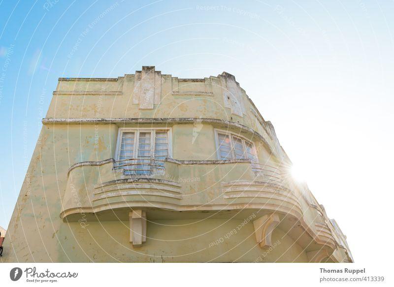 Gelbes Haus vor blauem Himmel Renovieren Portimao Portugal Europa Kleinstadt Stadt Altstadt Menschenleer Einfamilienhaus Bauwerk Gebäude Architektur kaputt