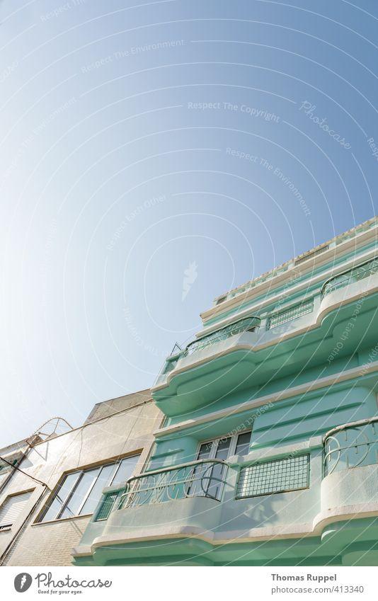 Mintgrünes Haus vor blauem Himmel Häusliches Leben Wohnung Wolkenloser Himmel Wetter Schönes Wetter Portimao Portugal Europa Kleinstadt Stadt Bauwerk Gebäude