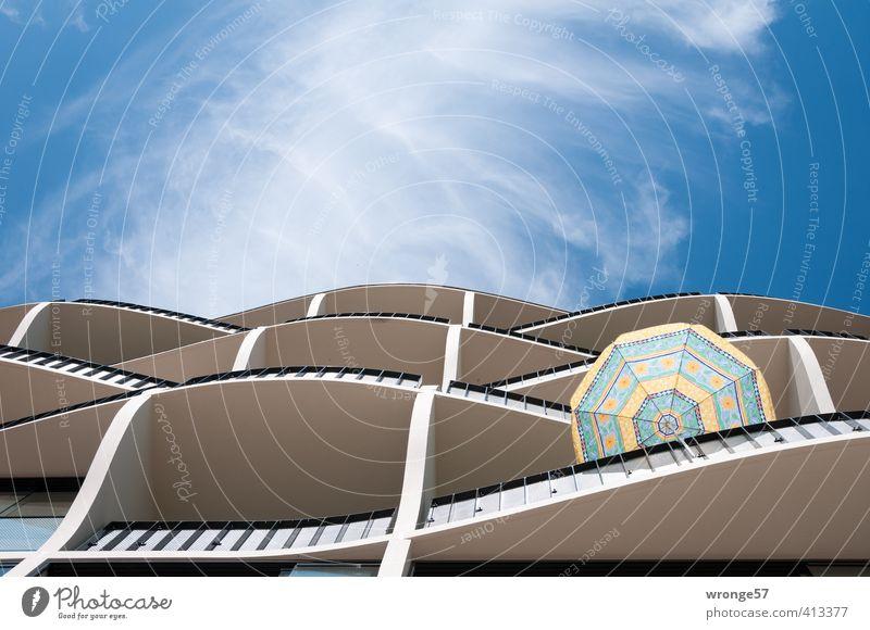Wellenbalkone blau Stadt schön weiß Sommer Haus Architektur Gebäude Deutschland modern Europa neu Geländer Balkon Wohnhaus Sonnenschirm