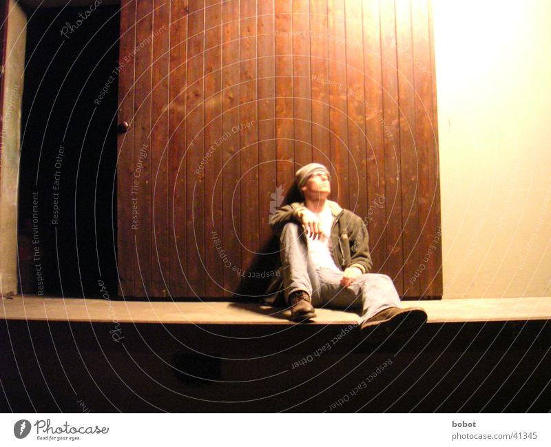 Ich und das Tor Holz Mann Mütze kalt Licht ruhen Nacht Körperhaltung Tür Blick oben liegen sitzen Erholung Jeanshose warten Denken Idee anlehnen Einsamkeit