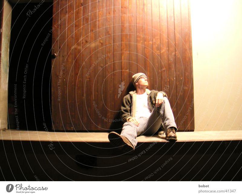 Ich und das Tor 2 Mann Einsamkeit kalt Erholung oben Holz Denken warten Tür sitzen Jeanshose Körperhaltung liegen Mütze Idee