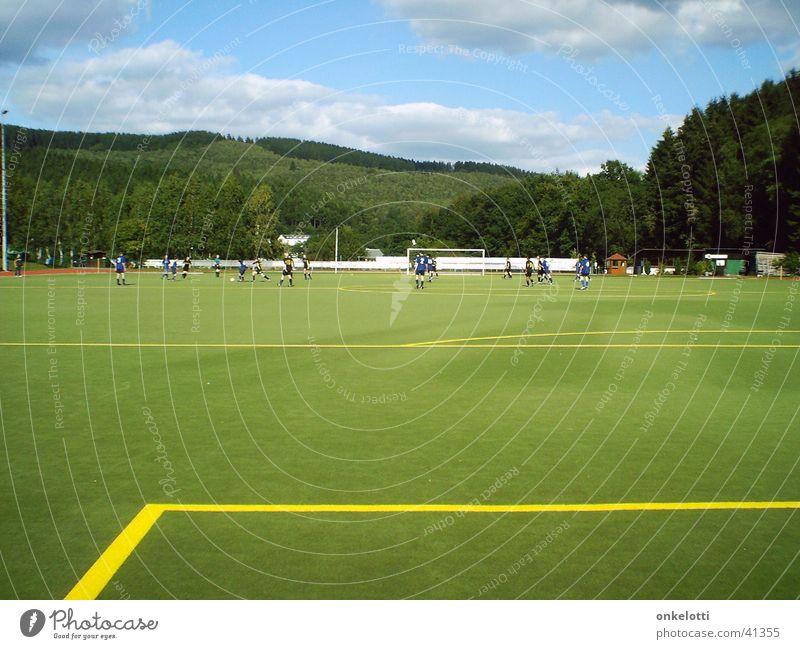 Kunstrasen Dietzhöztal Sportplatz grün gelb Wald Rasen Linie