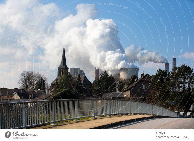 Kraftwerk Niederaußem, Ortschaft mit Kirche vor einem Braunkohlenkraftwerk im Rheinland Umweltverschmutzung CO2 Klimawandel CO2-Ausstoß Kohlekraftwerk