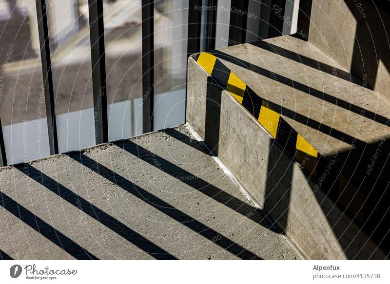auf Streife Treppenhaus Schatten Licht Architektur Innenaufnahme Treppengeländer Kontrast Geländer Gebäude Menschenleer Farbfoto eingesperrt eingeschlossen