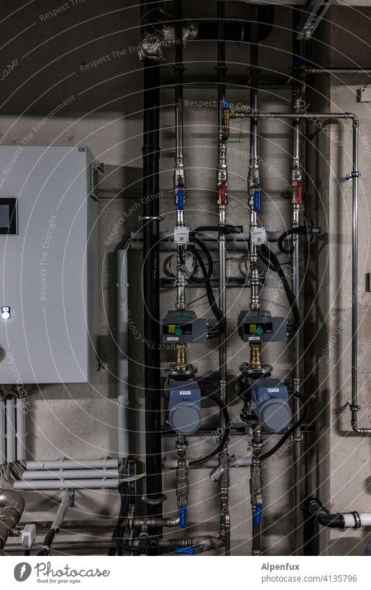 Installation V Rohre installation Industrie Menschenleer Industrieanlage Haus Keller Heizung Heizungstechnik Wärmepumpe Luftwärmepumpe Wärmegewinnung nachhaltig