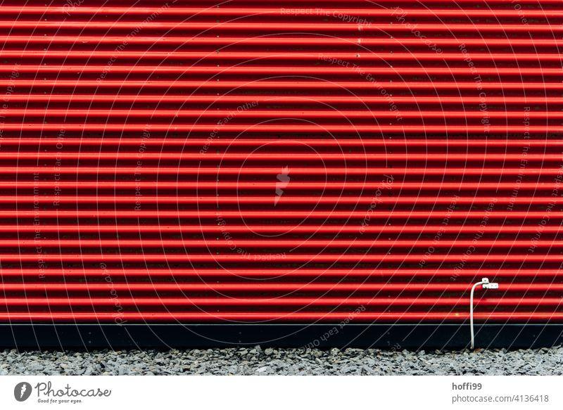 rot gestreifte Fassade mit weissem Erdungskabel Wellblechwand Wand rote fassade minimalistisch Wellblechfassade modern Zweckbau Moderne Architektur Design Linie