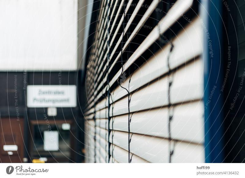 geschlossene Jalousien vor dem Prüfungsamt Universität Prüfung & Examen Student Erwachsenenbildung Schule Bildung lernen Studium Berufsausbildung Karriere Azubi