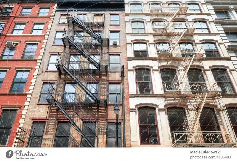 Alte Gebäude mit eisernen Feuerleitern, New York City, USA. New York State Großstadt Manhattan alt Feuertreppe Stadthaus Haus neu Architektur Treppe Appartement